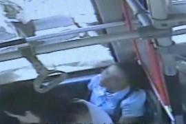 为公交车上这群人点赞!女子晕倒,他们把月饼水都安排上了