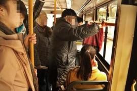 """孕妈坐公交没让座,被老人嘲讽不懂事,""""倚老卖老""""何时能停止"""
