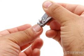 指甲上的月牙、竖纹都代表什么?这些指甲问题,可能是疾病信号