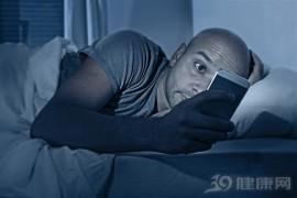 还在黑漆漆的环境里玩手机?小心眼睛失明!