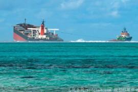 日本货轮模里西斯触礁漏油 船身断裂成两半