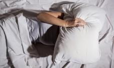 研究证实:睡觉时盖一条重毛毯,能改善失眠!睡不着觉的人快尝试!